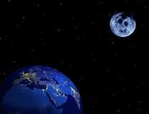 Aarde, maan, sterren in nachthemel Stock Afbeeldingen