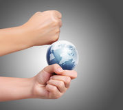 Aarde in menselijke hand tegen Stock Afbeelding