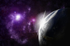 Aarde met gloed in ruimte Stock Foto