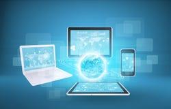 Aarde met laptop, tabletten en smartphone Royalty-vrije Stock Foto