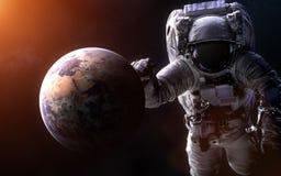 Aarde op een vage achtergrond met een reuzeastronaut De elementen van het beeld worden geleverd door NASA Royalty-vrije Stock Afbeelding