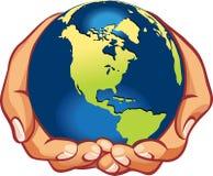 Aarde op menselijke hand Royalty-vrije Stock Foto's