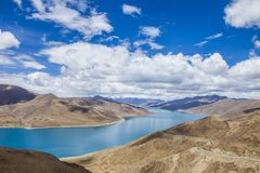 Aarde, rivier, blauwe hemel en witte wolken royalty-vrije stock afbeeldingen