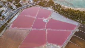 Aarde` s lijn Een hommel verticaal perspectief van de de grond` s kleuren en vormen Zoute vlakten in Colonia DE Sant Jordi, Mallo royalty-vrije stock foto