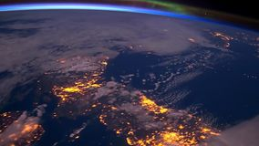 Aarde van de ruimte bij nachtanimatie de vlucht van ruimte aan aardeamination Aarde bij Nacht stock video