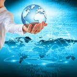 Aarde van Ruimte in handen, bol in Concept van handen het Beste Internet globale zaken van conceptenreeks 3D Illustratie Stock Fotografie