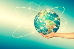 Aarde van Ruimte in handen, bol in Concept van handen het Beste Internet globale zaken van conceptenreeks Elementen van Stock Foto's