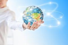 Aarde van Ruimte in handen, bol in Concept van handen het Beste Internet globale zaken van conceptenreeks Elementen van Royalty-vrije Stock Foto