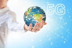 Aarde van Ruimte in handen, bol in handen 5G het mobiele draadloze concept van k Internet Elementen van dit langs geleverde beeld Stock Foto's