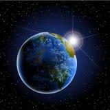 Aarde van ruimte met zon het toenemen en wolken Stock Afbeeldingen