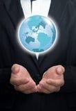 Aarde in zijn handen. Royalty-vrije Stock Fotografie