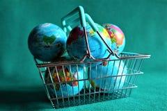 Aardebol in boodschappenwagentje stock foto's