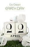 Aardedag, 22 April, concept met energie - besparings gloeilampen Stock Afbeeldingen