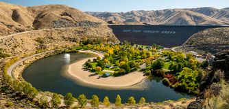 Aardedam op Boise River in Idaho met park in de herfst royalty-vrije stock fotografie