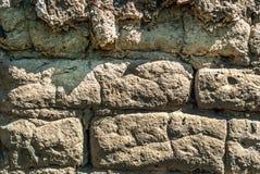 Aarden bakstenen muurtextuur op daglicht buiten stock afbeelding
