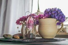 Aarden kop met hydrangea hortensia en vage keuken op achtergrond stock foto's