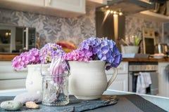 Aarden kop met hydrangea hortensia en vage keuken op achtergrond royalty-vrije stock foto
