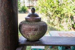 Aarden kruik Thailand in oudheid, aarden die kruik vulde met water voor een huis wordt geplaatst stock fotografie