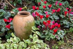 Aarden kruikdecoratie op de tuinachtergrond stock foto