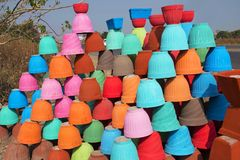 Aarden potten van verschillende kleuren voor verkoop Punedistrict, Maharashtra stock afbeeldingen