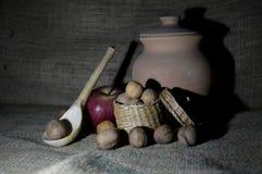 Aarden schip met appelen en noten stock fotografie