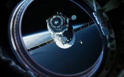 Aardeplaneet in de patrijspoort van het ruimteschipvenster Elementen van dit die beeld door NASA wordt geleverd stock fotografie