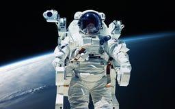 Aardeplaneet en astronaut in de patrijspoort van het ruimteschipvenster Elementen van dit die beeld door NASA wordt geleverd Royalty-vrije Stock Afbeeldingen