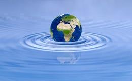 Aardeplaneet op de rimpelingen van de watergolf Stock Afbeelding
