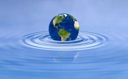Aardeplaneet op de rimpelingen van de watergolf Stock Fotografie