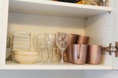 Aardewerk in een keukenkast royalty-vrije stock foto