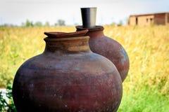 Aardewerk en glas water Royalty-vrije Stock Fotografie