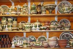 Aardewerk op de planken van winkel Ceramische Goederen Producten van keramiek op verkoop Stock Foto's
