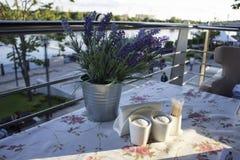 Aardewerk op een lijst in een koffie Royalty-vrije Stock Fotografie