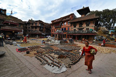 Aardewerk vierkant hoogtepunt met keramiek in Nepal Stock Fotografie