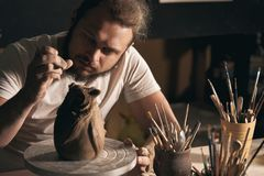 Aardewerkkunst, kleiproduct, het vormen stock afbeelding