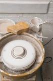 Aardewerkwiel in de studio die ceramische producten maken royalty-vrije stock fotografie