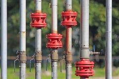 Aardgasleiding met luchtkranen stock foto's