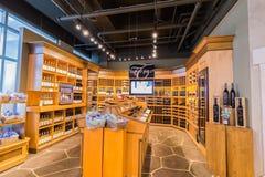 aardige close-upmening van diverse wijn op houten plank ` s binnen comfortabele wijnopslag Stock Afbeelding