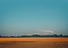 Aardlandschap en rook van de schoorsteen Stock Afbeelding
