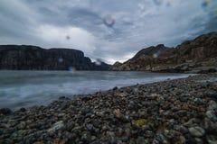 Aardlandschap met een mening van bergen op de kust van een fjor Royalty-vrije Stock Afbeeldingen