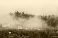 Aardlandschap met mist over bergbovenkant Royalty-vrije Stock Foto