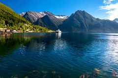 Aardlandschap met Weergeven van Noorse Fjord en Sneeuwbergen in de Zomer royalty-vrije stock foto's