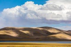 Aardlandschap van het overweldigen van bergen en water onder duidelijke blauwe hemel met wolken stock foto