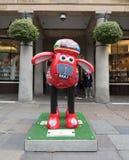 Aardmens Shaun die Schaf-Charaktere auf Anzeige um London Stockfotos