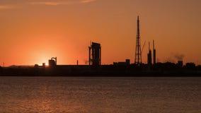 Aardolieraffinaderij en fabriek bij zonsondergang timelapse stock footage