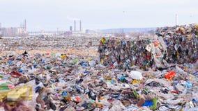 Aardverontreiniging Afval en Huisvuil in stapels stock video