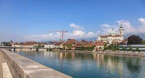 Aare flod och St-Ursusdomkyrka i Solothurn, Schweiz Royaltyfri Bild