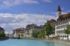 Aare flodkorsning mitt av den Thun staden från Schweiz Royaltyfri Fotografi