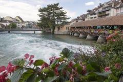 Aare flodkorsning mitten av Thun, Schweiz Arkivbild