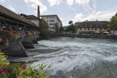 Aare flodkorsning mitten av Thun, Schweiz Royaltyfri Bild